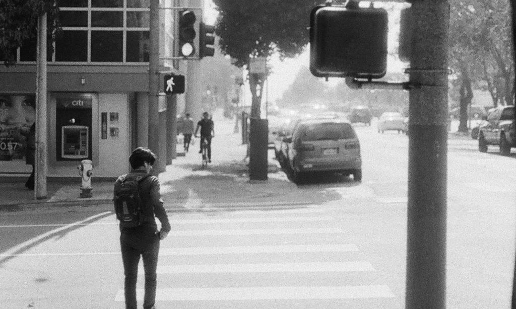Personne traversant une route